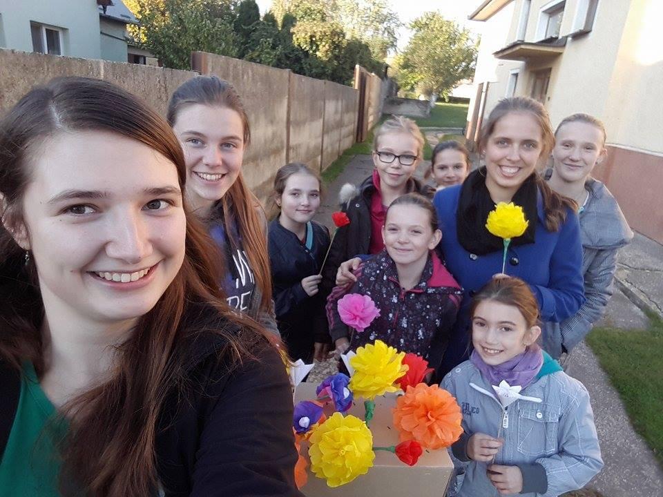 TRENČIANSKA TURNÁ: Vytvárali sme papierové kvetinky. 22.10. sme ich rozdávali s radosťou v našej obci. Akciu vnímame ako veľmi úspešnú a sme vďační, že sme sa mohli zapojiť.